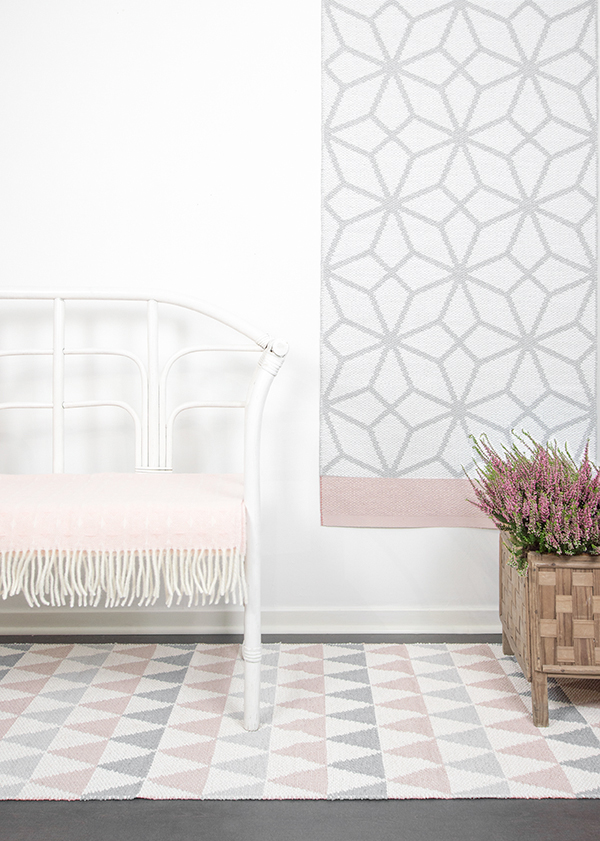 tapis prisma rosa reversibleplusieurs tailles disponibleslina johansson la petite scandinave. Black Bedroom Furniture Sets. Home Design Ideas